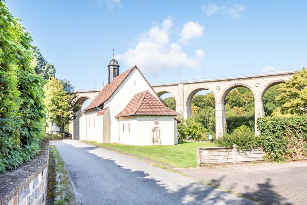 Mit Blick auf den Viadukt in Altenbeken