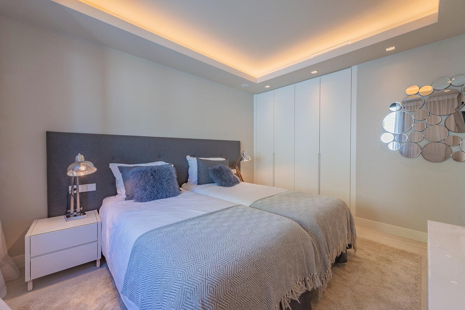 Gemütliches Schlafzimmer mit integrierten Wandschrank und Design Highlights