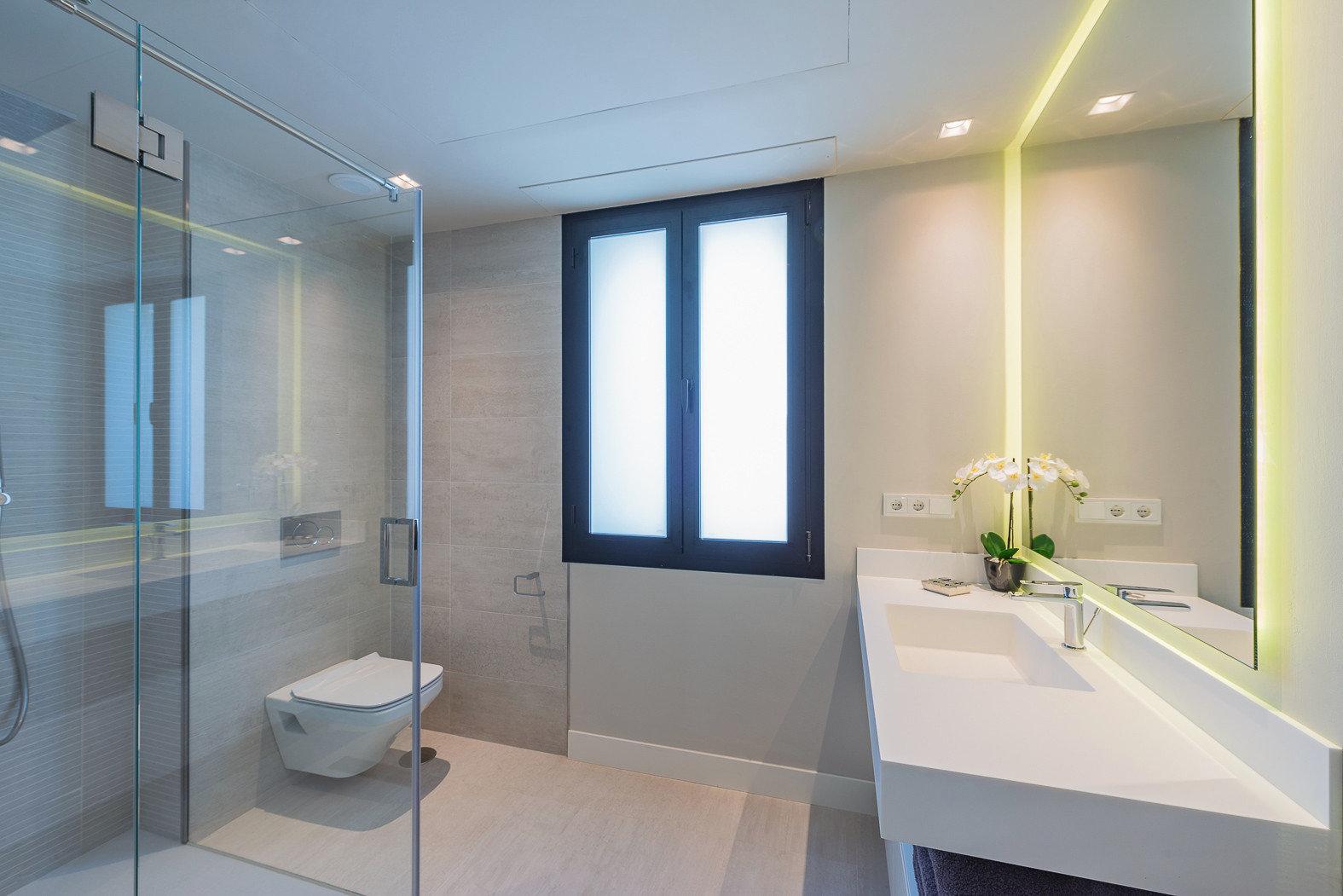 Vollausgestattetes Badezimmer mit bodentiefer Dusche und Tageslicht