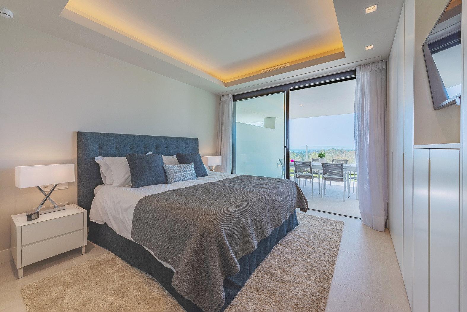 Interior Schlafzimmer mit Ausblick und Zugang zur Terasse.