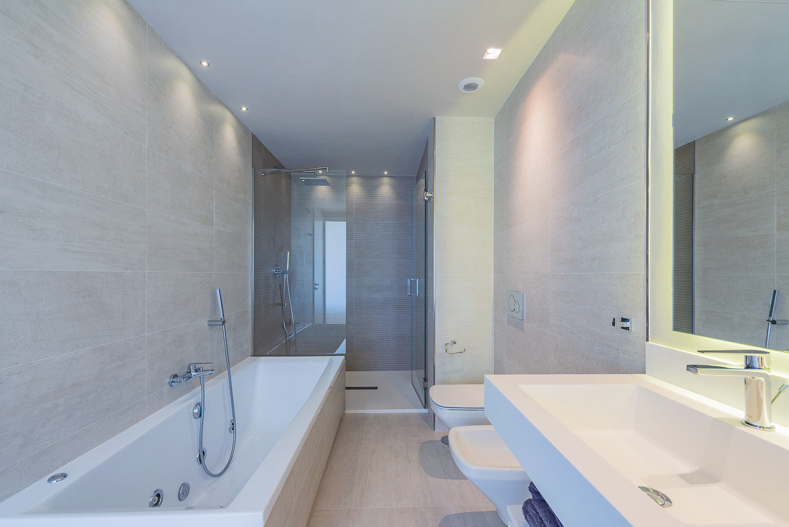 Modernes Badezimmer mit Regenwasserdusche.