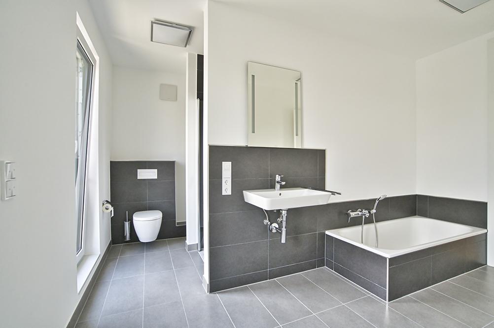 Voll ausgestattetes Badezimmer in modernern und schlichten Design.